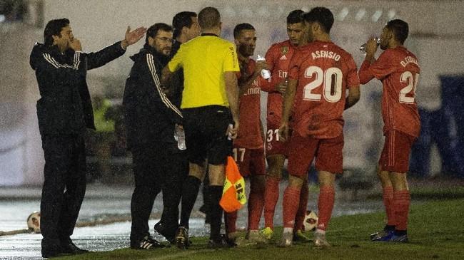 Santiago Solari (kiri) yang berperan sebagai pelatih sementara mengarahkan pemain-pemain Madrid di tengah-tengah pertandingan. (JORGE GUERRERO / AFP)
