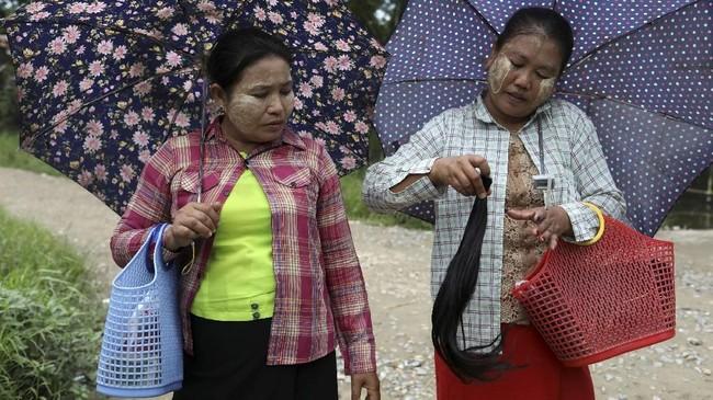 Di Myanmar dengan mayoritas penduduk beragama Budha sendiri, rambut panjang memiliki makna religius dan juga lambang keindahan. (REUTERS/Ann Wang)