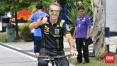 Bos Tech 3 Yamaha Herve Poncharal naik sepeda keliling Sirkuit Sepang. (CNN Indonesia/Haryanto Tri Wibowo)