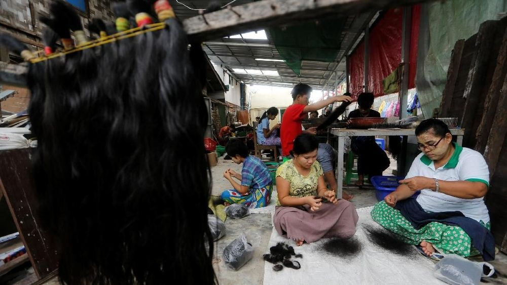 Pekerja membersihkan rambut untuk ekspor di Tet Nay Lin Trading Co. di Yangon, Myanmar. Reuters/Ann Wang