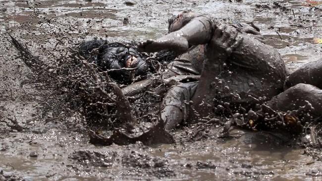 Pemeran kebo-keboan berkelahi dengan warga pemeran hama pada ritual itu. (ANTARA FOTO/Budi Candra)