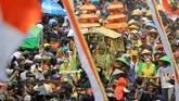 Warga memadati area ritual adat Kebo-keboan saat arak-arakan Dwi Sri (Dewi Padi) di Alasmalang. (ANTARA FOTO/Budi Candra)