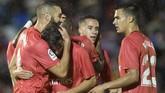 Karim Benzema (kiri) merayakan gol pembuka kemenangan Real Madrid bersama rekan-rekannya. (JORGE GUERRERO / AFP)