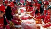 Sebuah festival kimchi pun digelar di Korea. Festival ini diikuti oleh 6 ribu orang. (REUTERS/Kim Hong-Ji)