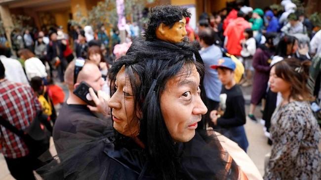 Seorang pria berpose dengan kostum di depan kamera setelah parade Halloween di Kawasaki, selatan Tokyo. (Reuters/Toru Hanai)