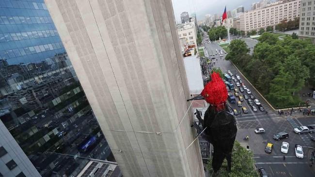 Seni instalasi di Santiago, Chile, memperlihatkan burung pelatuk di sebuah menara komunikasi. (Reuters/Ivan Alvarado)