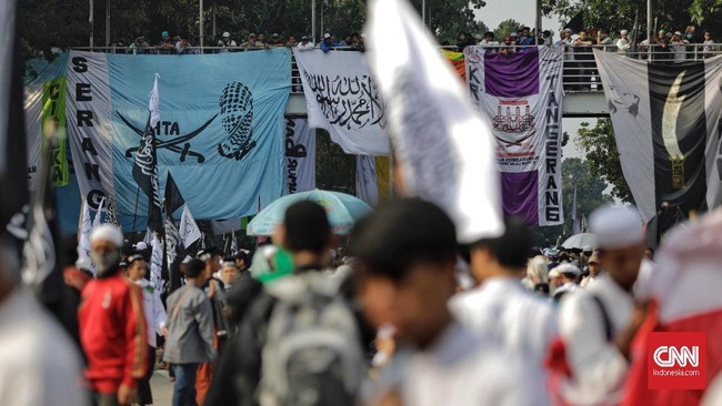 Dalam kasus pembakaran bendera, Polda Jabar telah menetapkan tiga tersangka, yakni pembawa bendera dan dua orang yang diduga membakarnya. (CNN Indonesia/Adhi Wicaksono)