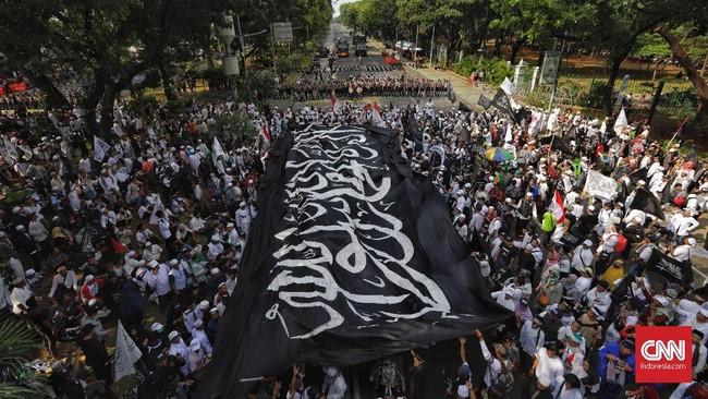 Kepada Wiranto, perwakilan massa meminta pemerintah agar mengakui bendera yang dibakar di Garut adalah bendera tauhid bukan bendera ormas HTI. (CNN Indonesia/Adhi Wicaksono)