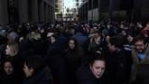 Karyawan Google ramai berdiri di luar kantor di Dublin, Irlandia. Aksi ini merupakan bentuk protes atas masalah pelecehan seksual yang terjadi dalam perusahaan. (REUTERS/Clodagh Kilcoyne)