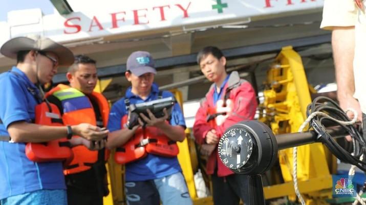 Petugas KNT bersama perwakilan Boeing dan TSIB Singapore dengan menggunakan alat Pinglocater mencari CVR Black box dari kecelakaan lion air JT 610 di perairan Karawang, Jawa Barat, Jumat (2/10/2018).