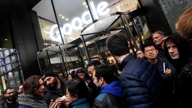 Aksi walkout tidak hanya terjadi di Dublin, Irlandia. Foto ini diambil dari kantor Google London, Irlandia. Hampir seluruh negara yang memiliki kantor Google melakukan aksi protes. (REUTERS/Toby Melville)