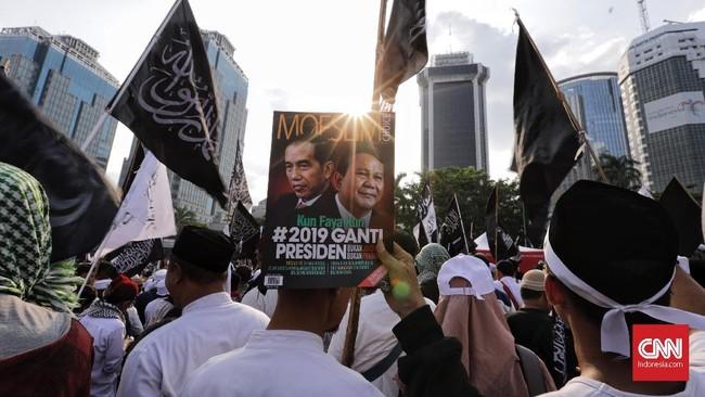Massa juga mendesak agar hukum ditegakkan dalam kasus pembakaran bendera. Kepada PBNU selaku organisasi induk Banser, massa meminta agar ada permintaan maaf atas pembakaran bendera di Garut. (CNN Indonesia/Adhi Wicaksono)