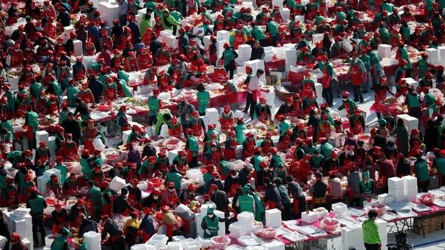 Sebagai bagian dari tradisi, orang-orang Korea membuat kimchi sebelum musim dingin sehingga mereka bisa menyantap sayur yang difermentasi dengan cabai bubuk itu. (REUTERS/Kim Hong-Ji)