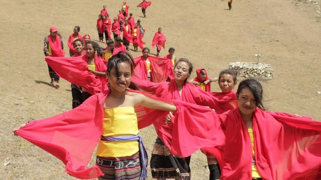 Di sisi lain, festival ini juga mempertemukan semua suku dan masyarakat di Kabupaten Belu untuk menjalin persahabatan semakin baik. (ANTARA FOTO/Kornelis Kaha)
