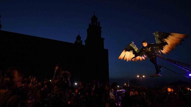 Anggota Macnas unjuk gigi dalam parade Halloween 'Out of the Wild Sky' di Irlandia. (Reuters/Clodagh Kilcoyne)