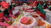Semua kimchi yang dibuat akan diberikan kepada Seoul Council dan juga bank makanan di kota tersebut. (REUTERS/Kim Hong-Ji)