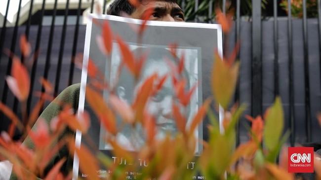 Peserta aksi meneriakan yel-yel bahwa Arab Saudi bukan hanya pembunuh tetapi juga tak memiliki rasa kemanusiaan atas ekseksui mati pada Tuti Tursilawati. (CNN Indonesia/Adhi Wicaksono)