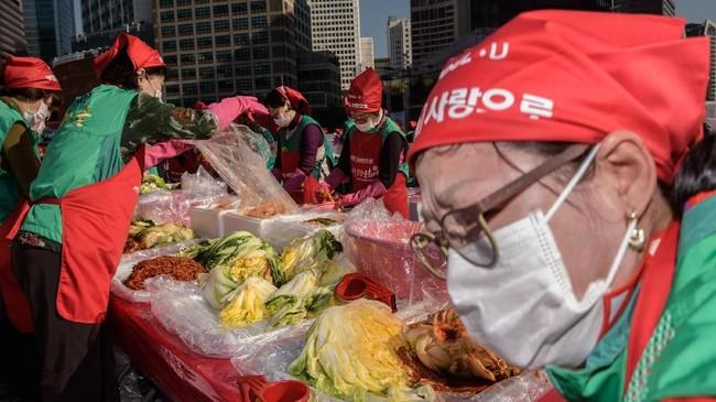 Dalam festivalnya, kimchi ini dibuat dengan 165 ton kubis. Jumlah ini makin meningkat tiap tahunnya sejak 2016 yang hanya berjumlah 60 ton kubis saja. (REUTERS/Kim Hong-Ji)