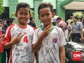 Berburu Tanda Tangan Pemain Timnas Indonesia Usai Salat Jumat