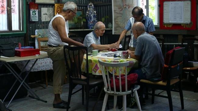 Lam (68) merupakan bagian dari komunitas yang terdiri dari sekitar 50 warga mayoritas lansia. Mereka adalah orang-orang yang getol mengunjungi Sai Wan Swimming Shed, yang terselip di bukit curam dan menyediakan ruang ganti pakaian dan pancuran air mandi. (REUTERS/Hannah McKay)