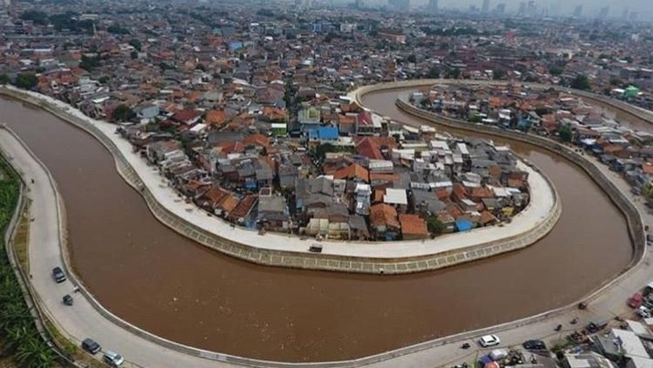 Proyek normalisasi atau naturalisasi Sungai Ciliwung belum tuntas.