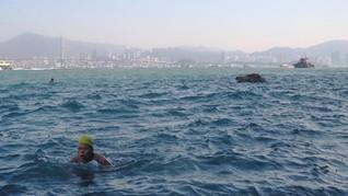 FOTO: Berenang di Air Laut Pelabuhan Tersibuk