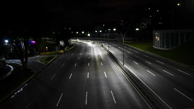 Jalan utama seperti Francisco Fajardo nampak lengang dan kosong dalam beberapa malam terakhir. (Photo by RONALDO SCHEMIDT/AFP)