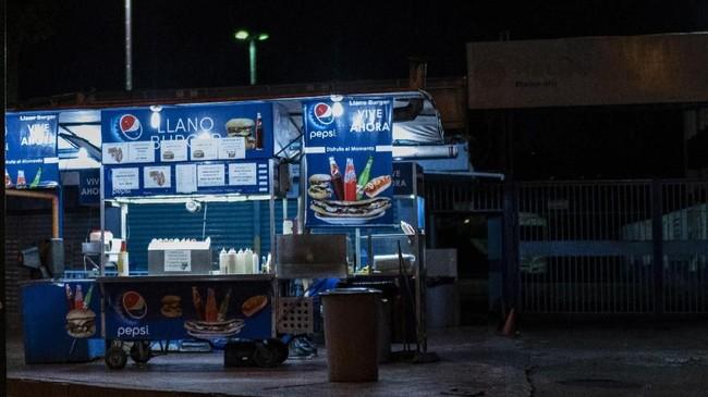 Gerai-gerai penjaja makanan seperti hot dog dan hamburger kehilangan pelanggan, sekali pun itu di Plaza Venezuela, yang sehari-hari merupakan kawasan sibuk. (Photo by RONALDO SCHEMIDT/AFP)