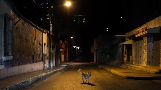 Kejahatan dan krisis ekonomi telah mengubah jalan-jalan yang ramai di Caracas, Venezuela.Jalan-jalan itu berubah menjadi tanah tak bertuan setelah matahari terbenam. (Photo by RONALDO SCHEMIDT/AFP)