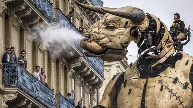Minotaur terbuat dari kayu dan logam pohon kapur yang tidak dicat. (Photo by ERIC CABANIS / AFP)