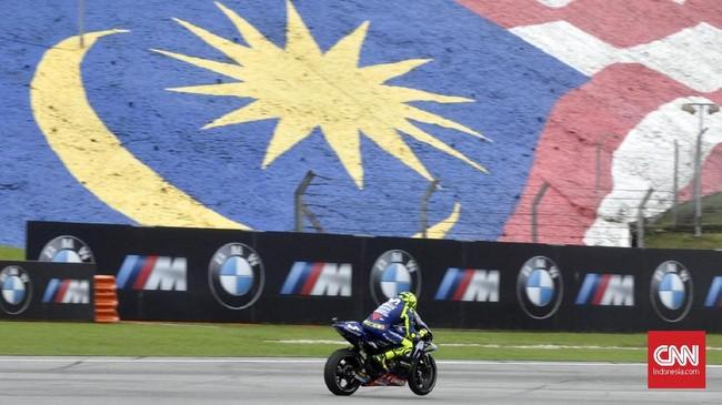 Pebalap Movistar Yamaha Valentino Rossi melewati gambar bendera besar Malaysia di Sirkuit Sepang pada latihan bebas MotoGP Malaysia 2018, Sabtu (3/11). (CNN Indonesia /Haryanto Tri Wibowo)