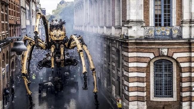 Ariane merupakan pawai laba-laba raksasa sebagai bagian dari teater jalanan Prancis, La Machine pada 2 November 2018 di pusat kota Toulouse.(Photo by ERIC CABANIS / AFP)