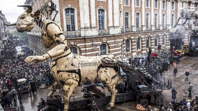 Minotaur Toulouse, yang diberi nama Astérion, tiba di Toulouse pada malam 1 November dan perlahan-lahan menuruni jalan membuat orang tercengang. (Photo by ERIC CABANIS / AFP)
