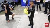 Komentator cilik MotoGP Indonesia Rivaldy Elvans menunggu waktu bertemu dengan Valentino Rossi di garasi Movistar Yamaha jelang babak kualifikasi MotoGP Malaysia 2018. (CNN Indonesia /Haryanto Tri Wibowo)