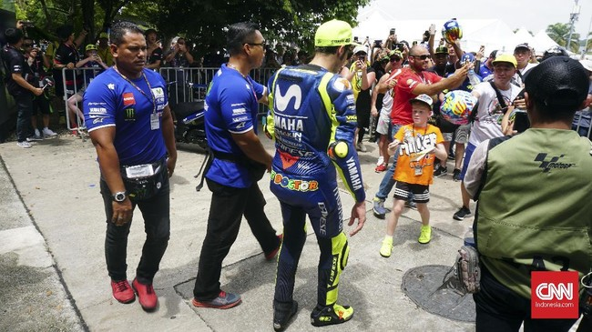 Valentino Rossi menyapa sejumlah penggemarnya sebelum babak kualifikasi MotoGP Malaysia 2018. (CNN Indonesia /Haryanto Tri Wibowo)