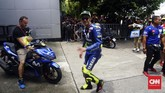 Valentino Rossi tersenyum sebelum babak kualifikasi MotoGP Malaysia 2018 dimulai. (CNN Indonesia /Haryanto Tri Wibowo)