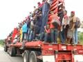 VIDEO: Kelelahan Berjalan, Imigran Nekat Numpang Truk