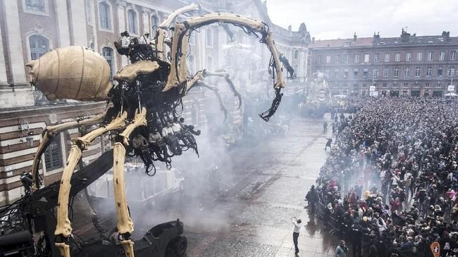 Monester ini konsep François Delarozière, direktur artistik dan kekuatan kreatif terkemuka di belakang La Machine, sebuah perusahaan teater besar di Prancis. (Photo by ERIC CABANIS / AFP)