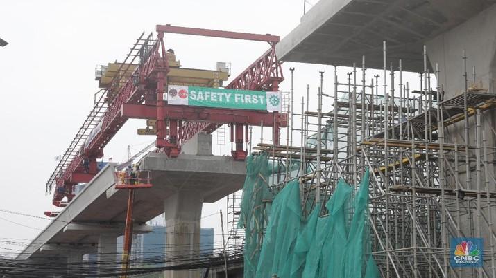 Pekerja mengerjakan proyek Infrastruktur LRT di Kawasan Cawang-Pancoran, Jakarta, Senin (5/11). Menurut data rilis BPS Kontruksi pada Triwulan ketiga tumbuh 5,79%. bisa dilihat, bahwa 5,79% ini lebih bagus dibandingkan triwulan kedua 2018 yang sebesar 5,73%. Yang disebabkan tumbuh karena Produksi semen meningkat, penjualan semen di dalam negeri penjualannya bagus. Kemudian ada peningkatan belanja modal pemerintah untuk gedung bangunna, jalan, irigasi, yang kenaikan cukup signifikan. Dan pembangunan infrastruktur berlangsung di berbagai daerah baik  meneruskan yang berlangsung, maupun pembangunan yang sudah ada. (CNBC Indonesia/Muhammad Sabki)