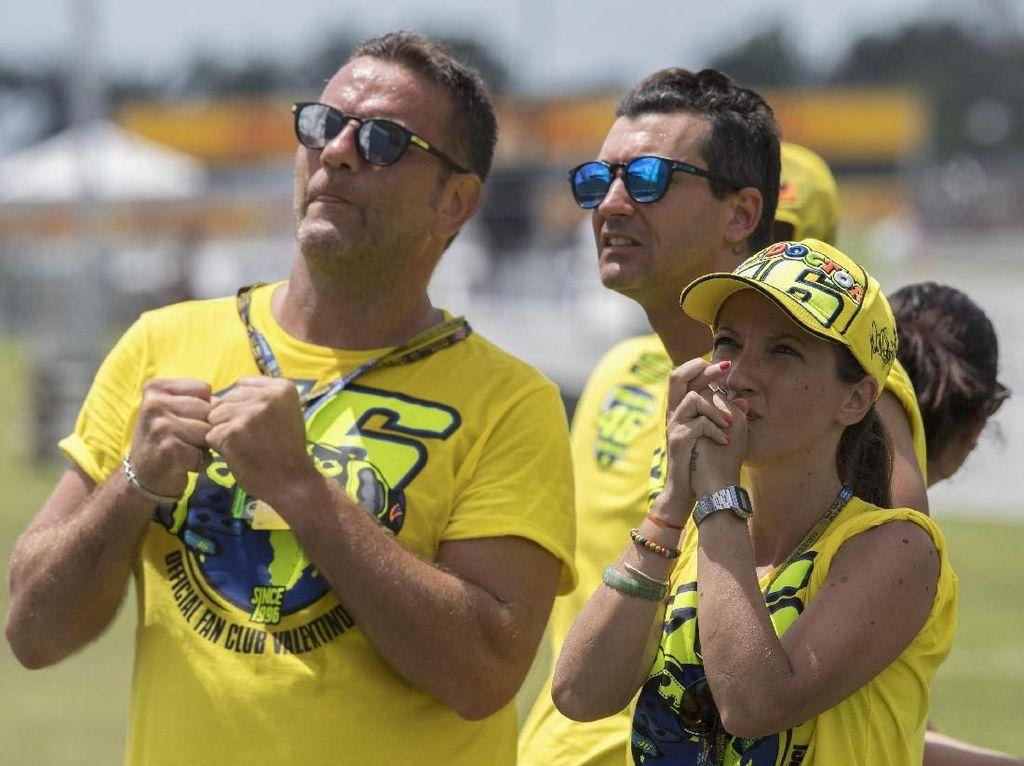 Ekspresi fans Valentino Rossi saat melihat jagoannya jatuh dalam posisi memimpin balapan ketika race tinggal menyisakan empat putaran (Mirco Lazzari gp/Getty Images)