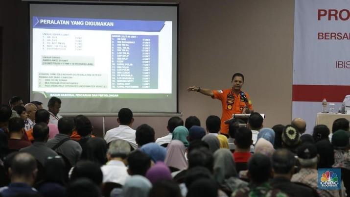 Kabasarnas Menangis Saat Bertemu Keluarga Korban Lion Air