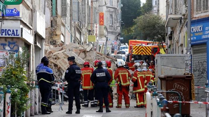 Bangunan Tua Roboh, Petugas Cari Korban di Antara Reruntuhan