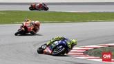 Setelah menyusul Johann Zarco, Marc Marquez menempel ketat Valentino Rossi pada balapan MotoGP Malaysia 2018 di Sirkuit Sepang, Minggu (4/11). (CNN Indonesia/Haryanto Tri Wibowo)