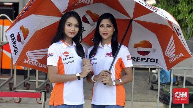 Gadis Payung tim Repsol Honda. Pebalap andalan Marc Marquez mampu mengakhiri balapan dengan kemenangan di tangan. (CNN Indonesia/Haryanto Tri Wibowo)