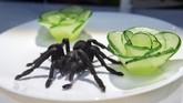 Selain itu, ada pula deep fried tarantula atau laba-laba besar yang digoreng kering. Makanan satu ini jadi camilan populer di Kota Skuon, Kamboja. (TT News Agency/Johan Nilsson via REUTERS)