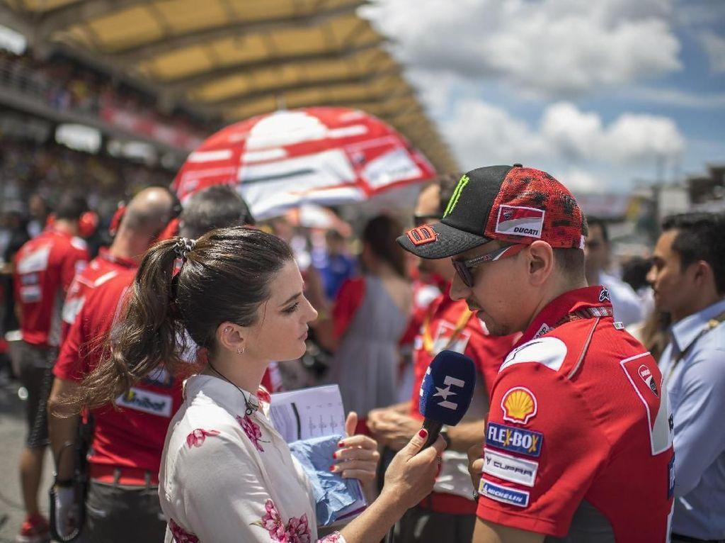 Jorge Lorenzo turun ke lintasan balap, tapi hanya untuk melayani pertanyaan wartawan (Mirco Lazzari gp/Getty Images)