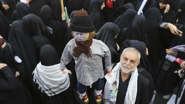 Unjuk rasa kali ini lebih ramai sebagai reaksi sikap Presiden AS Donald Trump yang menarik diri dari perjanjian nuklir dengan Iran. (AFP Photo/Atta Kenare)