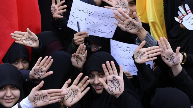 Para demonstran perempuan di Iran mengenang kembali momen Revolusi Islam 1979. (AFP Photo/Atta Kenare)