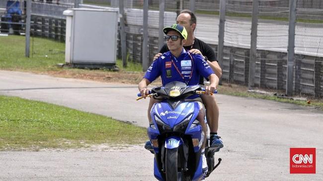 Valentino Rossi menggunakan sepeda motor ke tikungan satu Sirkuit Sepang untuk merayakan gelar juara dunia Moto2 2018 yang diraih anak asuhnya, Francesco 'Pecco' Bagnaia. (CNN Indonesia/Haryanto Tri Wibowo)