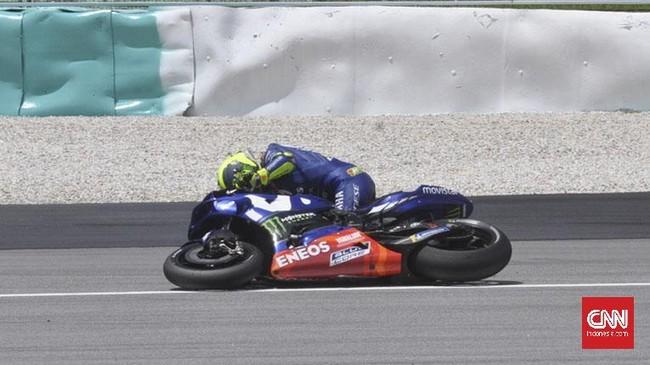 Di tengah upaya lepas dari kejaran Marc Marquez, Valentino Rossi terjatuh di tikungan satu saat balapan MotoGP Malaysia 2018 menyisakan empat lap. (CNN Indonesia/Haryanto Tri Wibowo)